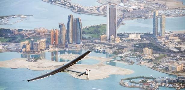 Imagem divulgada pelo projeto Solar Impulse registra o voo do avião movido a baterias solares Solar Impulse 2 sobrevoando Abu Dhabi