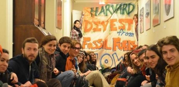 Além de ação judicial, estudantes promoveram uma invasão da reitoria de Harvard