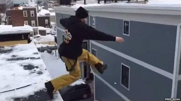 4.mar.2015 - 1. Pulando de um prédio de três andares. Nas redes sociais, faz sucesso o 'desafio da nevasca de Boston', em que as pessoas devem pular de uma grande altura.Vídeos com algumas delas quase nuas 'mergulhando' em 'piscinas de neve' foram amplamente compartilhados na internet. Mas o desafio não agradou ao prefeito Marty Walsh