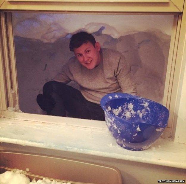 4.mar.2015 - 9. Construindo uma caverna do lado de fora da janela. Será isso um túnel escavado para uma fuga? Ou uma conveniente 'extensão' da sala? De qualquer forma, é preciso reconhecer que Trey Hemmingsen, que publicou esta foto no Twitter, se esforçou. Junto com a mensagem, ele escreveu: '#QueriaEstarNasBermudas porque estou preso sob 2m de neve em #Boston'.