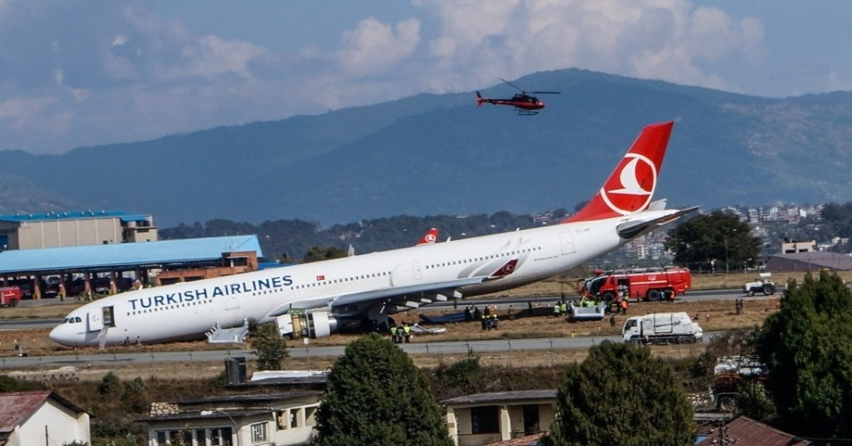 4.mar.2015 - Oficiais de resgate nepaleses verificam avião acidentado da Turkish Airlines que saiu da pista durante aterrissagem no Aeroporto Internacional de Tribhuwan, em Katmandu