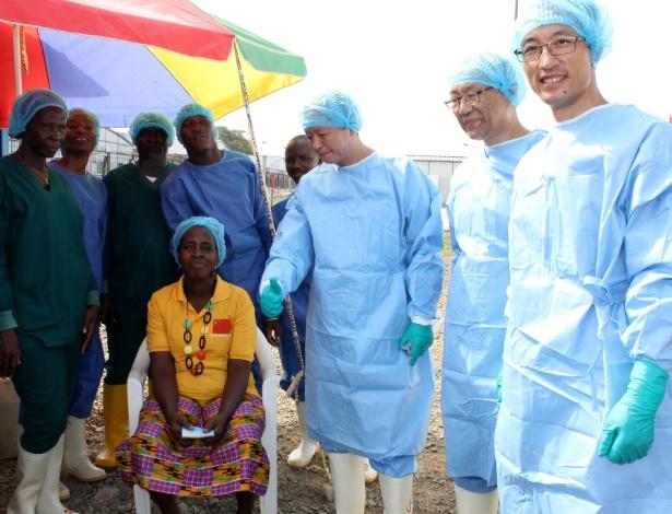 Beatrice Yordoldo (sentada) é a última paciente confirmada com ebola, que deixou a unidade de tratamento para ebola no subúrbio de Paynesville, em Monróvia