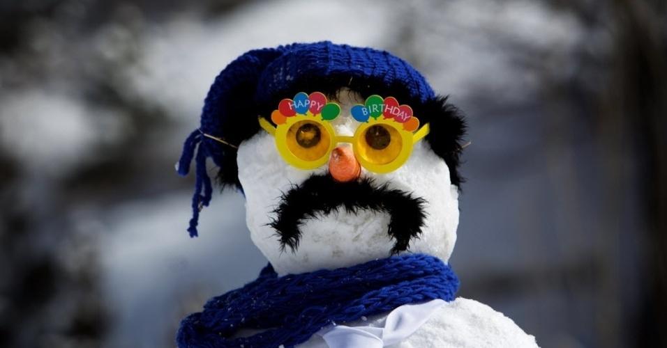 6.mar.2015 - Boneco de neve feito por uma família iraniana exibe óculos coloridos durante um concurso realizado na estação de esqui Dizin, no Irã