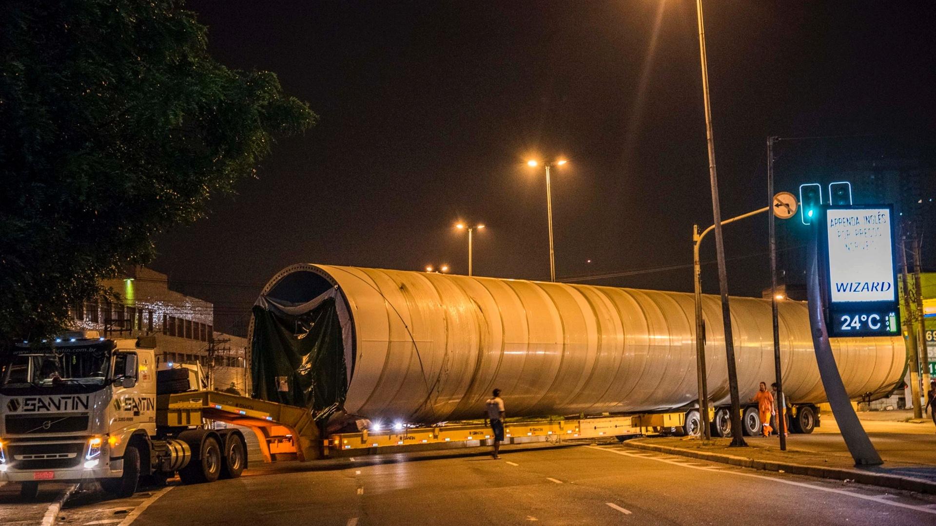 6.mar.2015 - Carreta transportando peça de uma turbina de energia eólica fica presa em cruzamento na zona leste de São Paulo na madrugada desta sexta-feira (6). A ocorrência causou bloqueio total dos dois lados da avenida Airton Pretini, próximo à ponte Aricanduva