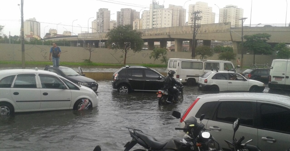 6.mar.2015 - Motoristas enfrentam trecho alagado da Radial Leste, na altura do Viaduto Guadalajara, sentido bairro, após fortes chuvas atingirem a região na tarde desta sexta-feira. A foto foi enviada ao UOL pelo Whatsapp (11) 97500-1925