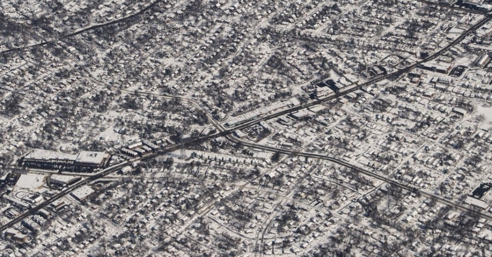 6.mar.2015 - Neve cobre partes do norte da Virgínia, nos arredores de Washington (EUA), nesta fotografia aérea. A costa leste dos Estados Unidos está enfrentando uma nova nevasca que já provocou problemas nos deslocamentos rodoviários e aéreos