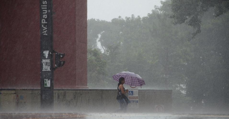 6.mar.2015 - Pedestre enfrenta a chuva na Avenida Paulista. A chuva atingiu a região central de São Paulo nesta sexta-feira, além de outras regiões, como o bairro do Ipiranga, na zona sul da cidade. A Penha, na zona leste, chegou a ficar em estado de alerta por cerca de uma hora mais cedo, segundo o Centro de Gerenciamento de Emergência (CGE) da prefeitura
