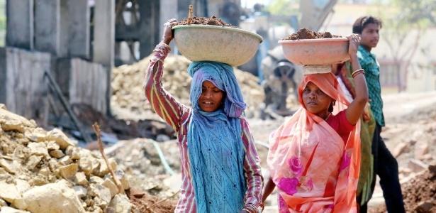 Mulheres trabalham em área de construção em Bophal, na Índia