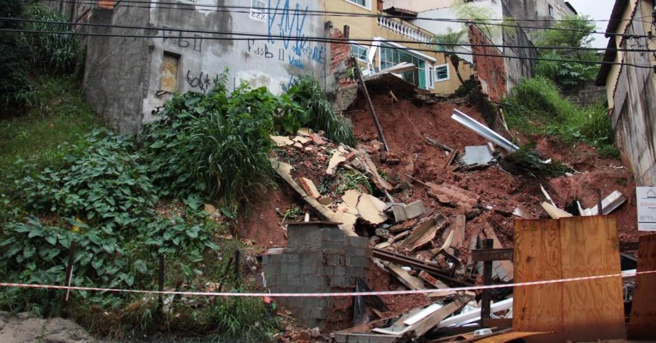 9.mar.2015 - A forte chuva que atingiu a cidade de São Paulo na noite de domingo (8), provocou um desabamento em Pirituba, na zona norte da capital. Não há informações sobre feridos