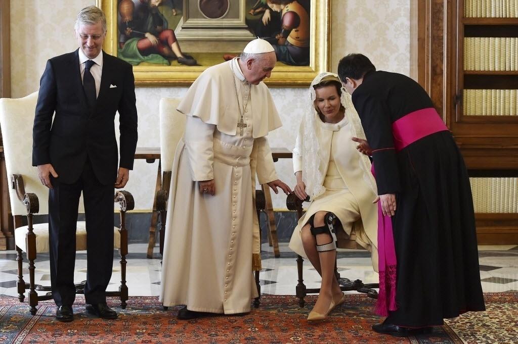 9.mar.2015 - O papa Francisco se reuniu nesta segunda-feira (9) com o rei da Bélgica, Philippe, e a rainha, Mathilde, que compareceu ao encontro em cadeira de rodas. A rainha tem comparecido a compromissos oficiais usando muletas devido a uma lesão no joelho esquerdo