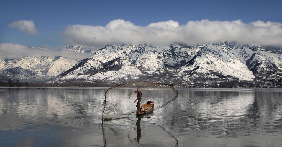 9.mar.2015 - Pesquisador atira sua rede no lago Dal, na Caxemira, região controlada pela Índia