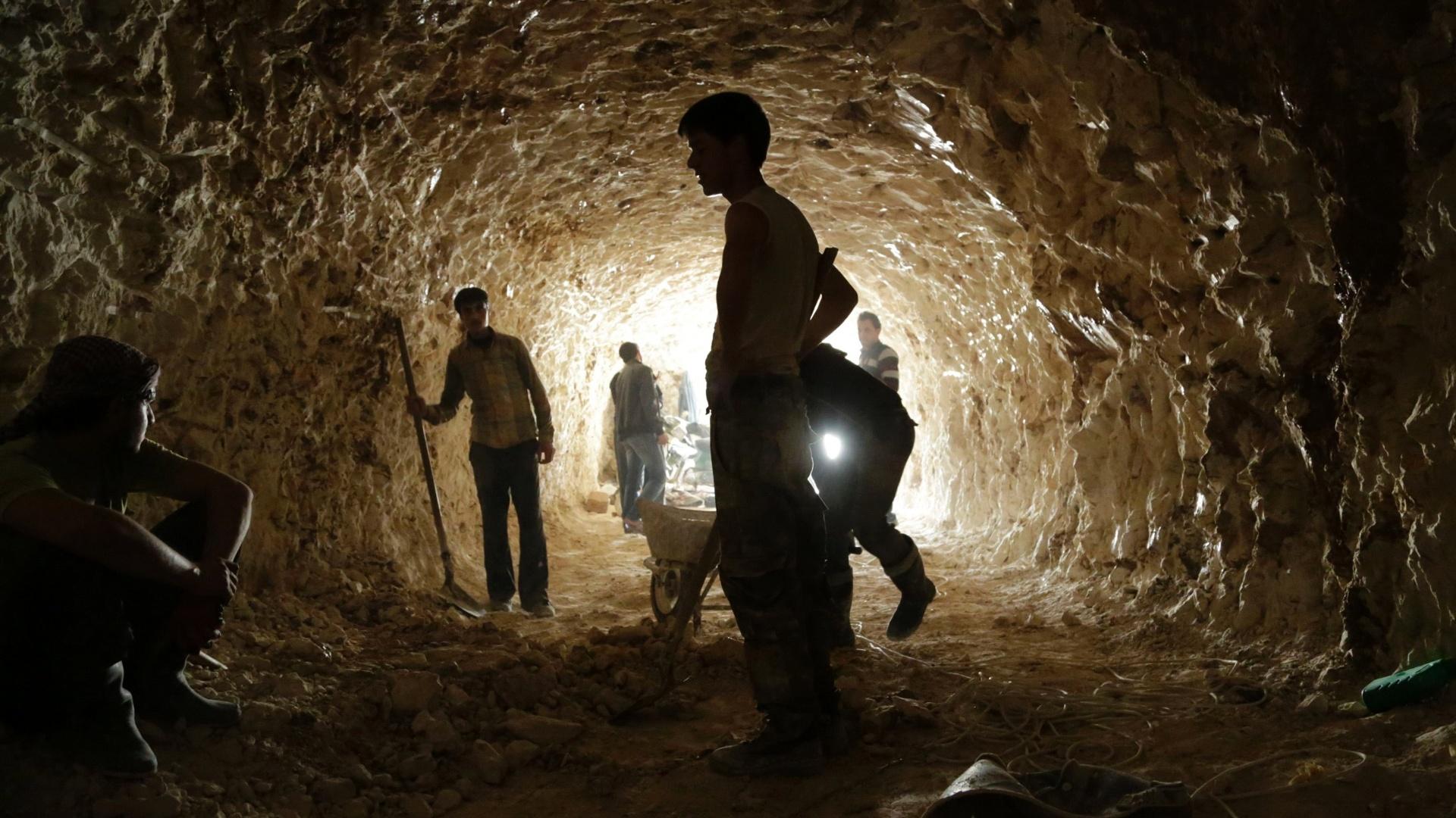 9.mar.2015 - Rebeldes cavam túneis em montanhas para serem usados como abrigos durante bombardeio das forças leais ao presidente da Síria, Bashar al-Assad, em al-Latamna, no norte do interior de Hama, na Síria, nesta segunda-feira (9)