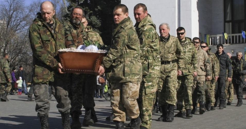 10.mar.2015 - Membros do batalhão ucraniano de voluntários