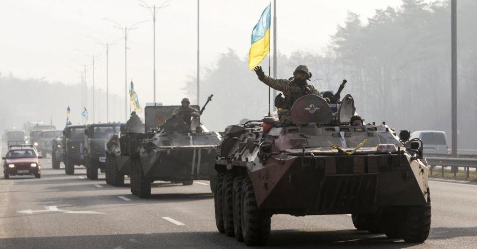 11.mar.2015 - Militares retornam do leste da Ucrânia para Kiev. Um soldado foi morto e quatro ficaram feridos em combates em territórios dominados por separatistas nas últimas 24 horas, apesar do acordo de cessar-fogo