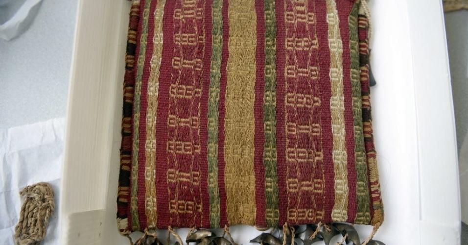 12.mar.2015 - Bolsa de ombro pré-incaica feita de lã e algodão e com detalhes metálicos em exposição no museu Puruchuco, em Lima, no Peru