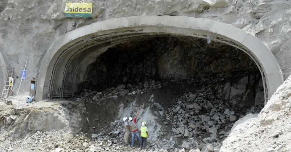 12.mar.2015 - Vista de canteiro de obras onde estão sendo construídos túneis sob sítio arqueológico em Lima, no Peru. O complexo arqueológico pré-incaico de Puruchuco data de dois mil anos atrás. Foi construído em pedras que hoje se localizam na periferia leste de Lima