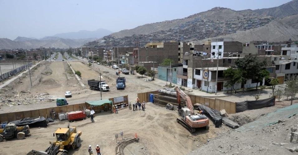 12.mar.2015 - Vista de canteiro de obras onde estão sendo construídos túneis sob sítio arqueológico em Lima, no Peru. Puruchuco é uma palavra quechua que significa