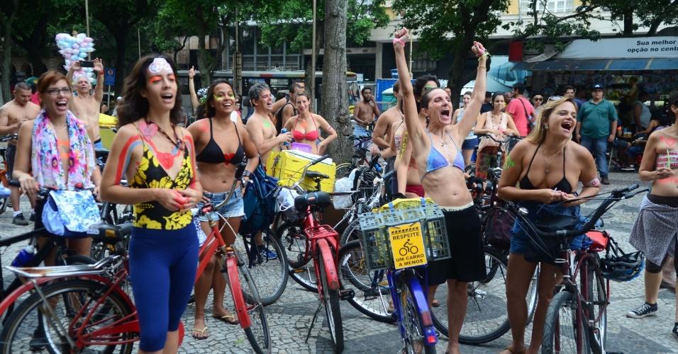 14.mar.2015 - Dezenas de ciclistas participaram da 2ª Pedalada Pelada, realizada no centro da cidade do Rio de Janeiro. O movimento protesta por melhores condições de trânsito dos ciclistas e tem entre seus lemas a frase 'Atentado ao pudor é um corpo estirado no chão'