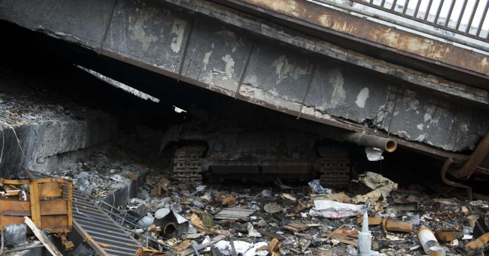 14.mar.2015 - Tanque é encontrado esmagado, neste sábado (14), por estrutura viária que caiu em Donetsk, no leste da Ucrânia. A região ficou marcada por conflitos entre ucranianos e separatistas. Na sexta-feira (13), o presidente da Ucrânia, Petro Poroshenko, disse ter notado uma 'desescalada' do conflito no leste do país