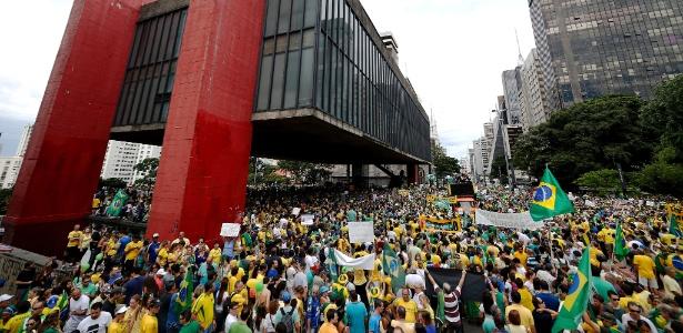 Manifestantes se reúnem em São Paulo para pedir o impeachment da presidente Dilma