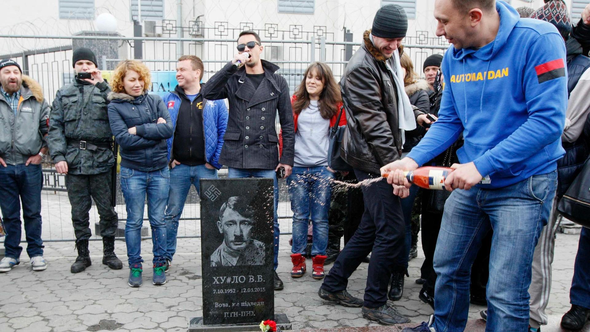 15.mar.2015 - Militantes ucranianos depositaram uma lápide de Vladimir Putin, representado como Adolf Hitler, na frente da embaixada da Rússia em Kiev, em referência às recentes especulações sobre o estado de saúde do presidente russo