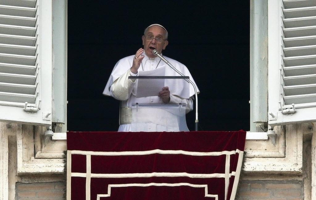 15.mar.2015 - Papa Francisco reza o Angelus na janela do Palácio Apostólico, na Praça de São Pedro, no Vaticano, neste domingo (15)
