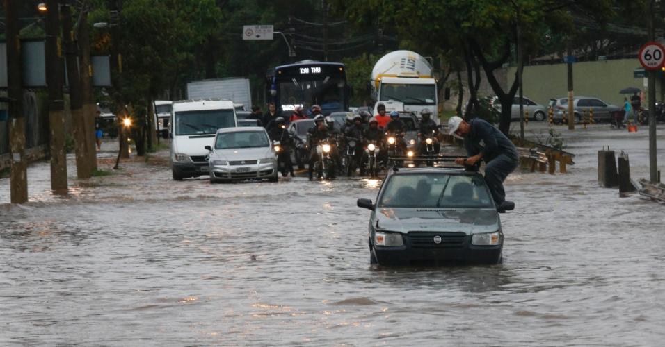 16.03.2015. Motorista parado em ponto de alagamento na avenida Almirante Delamare, na divisa de SP com São Caetano durante a forte chuva que caiu em São Paulo