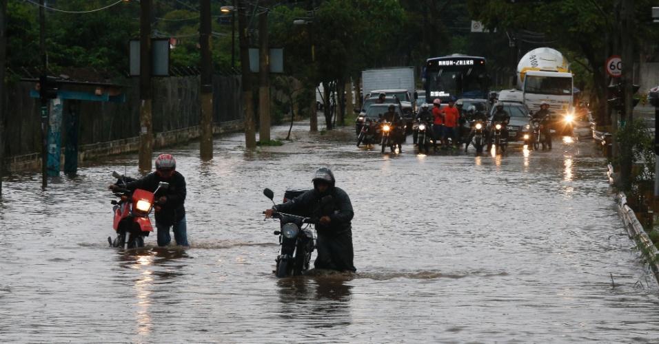 16.mar.2015 - Motociclistas enfrentam ponto de alagamento na avenida Almirante Delamare, próximo à divisa com São Caetano (SP), durante forte chuva que caiu na tarde desta segunda-feira (16) em São Paulo