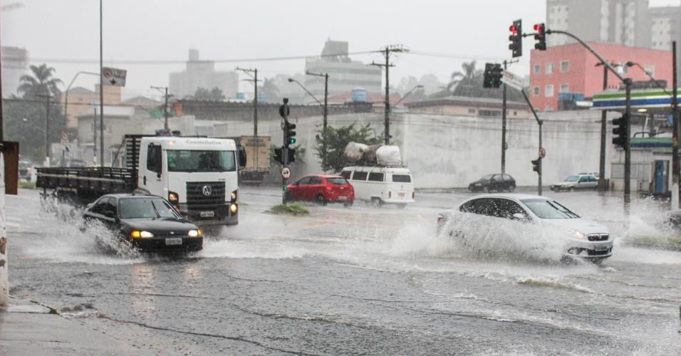 16.mar.2015 - Pedestres e motoristas enfrentam chuva forte na avenida Vicente Rao, na zona sul da cidade de São Paulo, na tarde desta segunda feira (16). Pancadas de chuvas registradas fizeram com que o CGE (Centro de Gerenciamento de Emergência), da prefeitura, colocasse a zona sul de São Paulo em estado de atenção para alagamentos