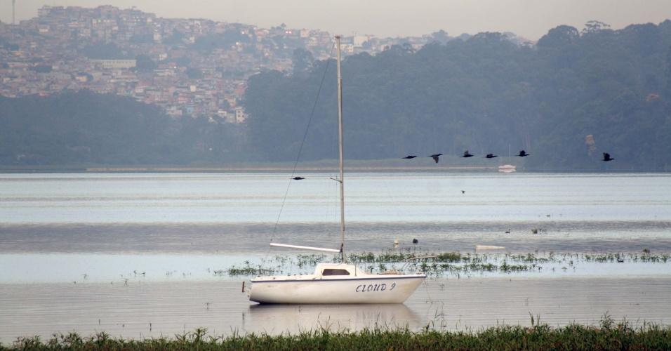 16.set.2015 - O nível do reservatório do Guarapiranga subiu nesta segunda-feira (16), indo de 74,7% para 75,8%. O cenário de elevação se repetiu em todos os sistemas de São Paulo após a chuva do último domingo