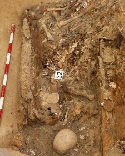 17.mar.2015 - Arqueólogos encontram os restos mortais do escritor Miguel de Cervantes após 400 anos de sua morte na cripta da Igreja das Trinitárias, em Madri, na Espanha. O legista e diretor da busca dos restos mortais do criador de