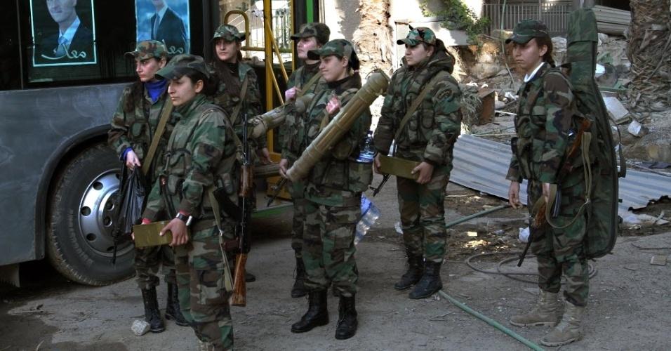 17.mar.2015 - Membros do Batalhão de Comando feminino sírio se reúnem antes se posicionarem em Ghouta Oriental, na zona rural de Damasco. O batalhão foi criada no verão de 2014 e é composto por cerca de 800 combatentes voluntárias que lutam ao lado do Exército sírio contra rebeldes