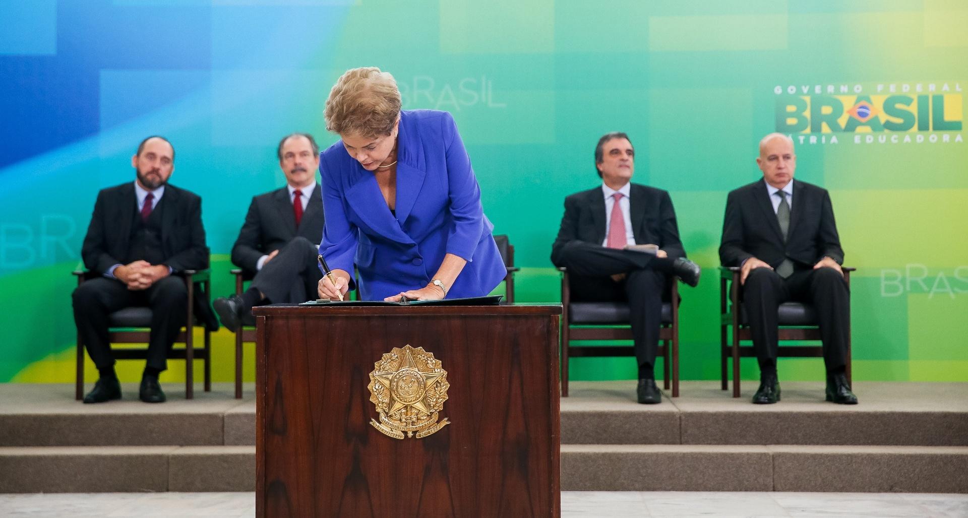 18.mar.2015 - A presidente Dilma Rousseff assina pacote anticorrupção, em Brasília, em que propõe medidas como a criminalização do caixa dois eleitoral e um projeto para que a lei da Ficha Limpa seja aplicada em todos os cargos de confiança no âmbito federal