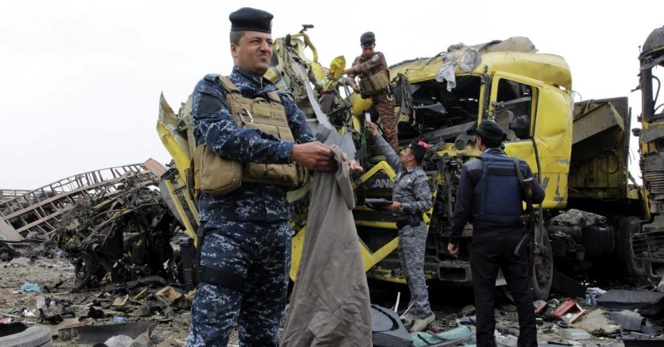 18.mar.2015 - Agentes da polícia iraquiana inspecionam lugar onde explodiu um caminhão-bomba em Basora, no Iraque. Ao menos três pessoas morreram e outras oito ficaram feridas no atentado