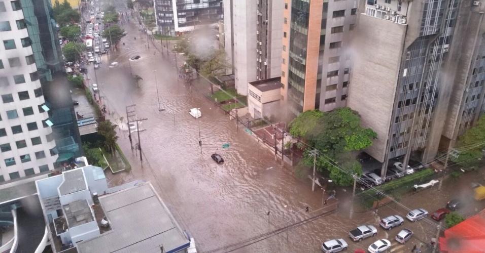 19.mar.2015 - A forte chuva que atingiu São Paulo nesta quinta-feira (19), castigou o bairro da Vila Olímpia, na zona sul da capital paulista. A imagem foi enviada pelo internauta Aroldo Pires para o Whatsapp do UOL (11) 97500-1925