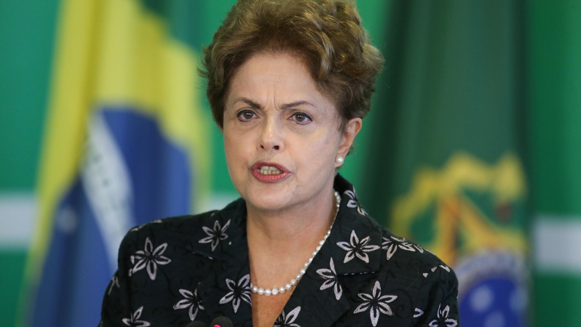 19.mar.2015 - A presidente Dilma Rousseff participa da cerimônia de anúncio de Medidas de Modernização do Futebol com o vice-presidente Michel Temer, os ministros George Hilton (Esportes) e Aloizio Mercadante (Casa Civil), no Palácio do Planalto