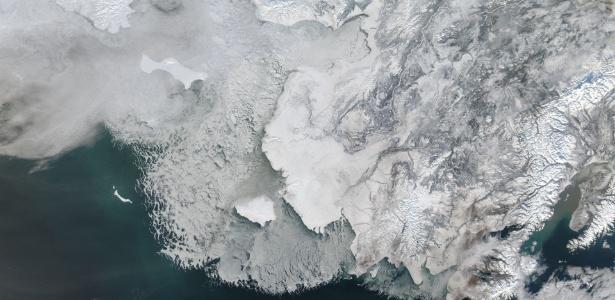 Camada de gelo mostra sinais de derretimento a oeste do Alasca, em imagem feita em 4 de fevereiro de 2014 por satélites da Nasa. O estreito de Bering, coberto com gelo, se situa entre Alasca e Rússia
