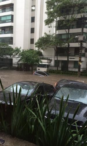 19.mar.2015 - Carros ficam submersos pela chuva em rua nesta quinta-feira (19) no bairro de Moema, em São Paulo. A imagem foi enviada pelo internauta Aroldo Pires para o Whatsapp do UOL (11) 97500-1925