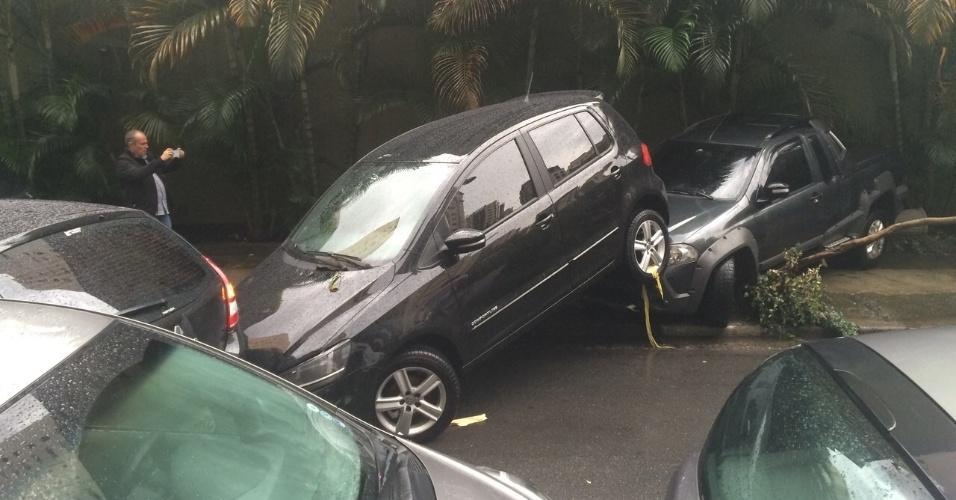 19.mar.2015 - Carros foram arrastados pela correnteza até a rua Ibijau no bairro de Moema, zona sul de São Paulo. Na tarde desta quinta-feira (19), a cidade tem 26 pontos de alagamento por causa da forte chuva, sendo que 22 destes pontos são intransitáveis