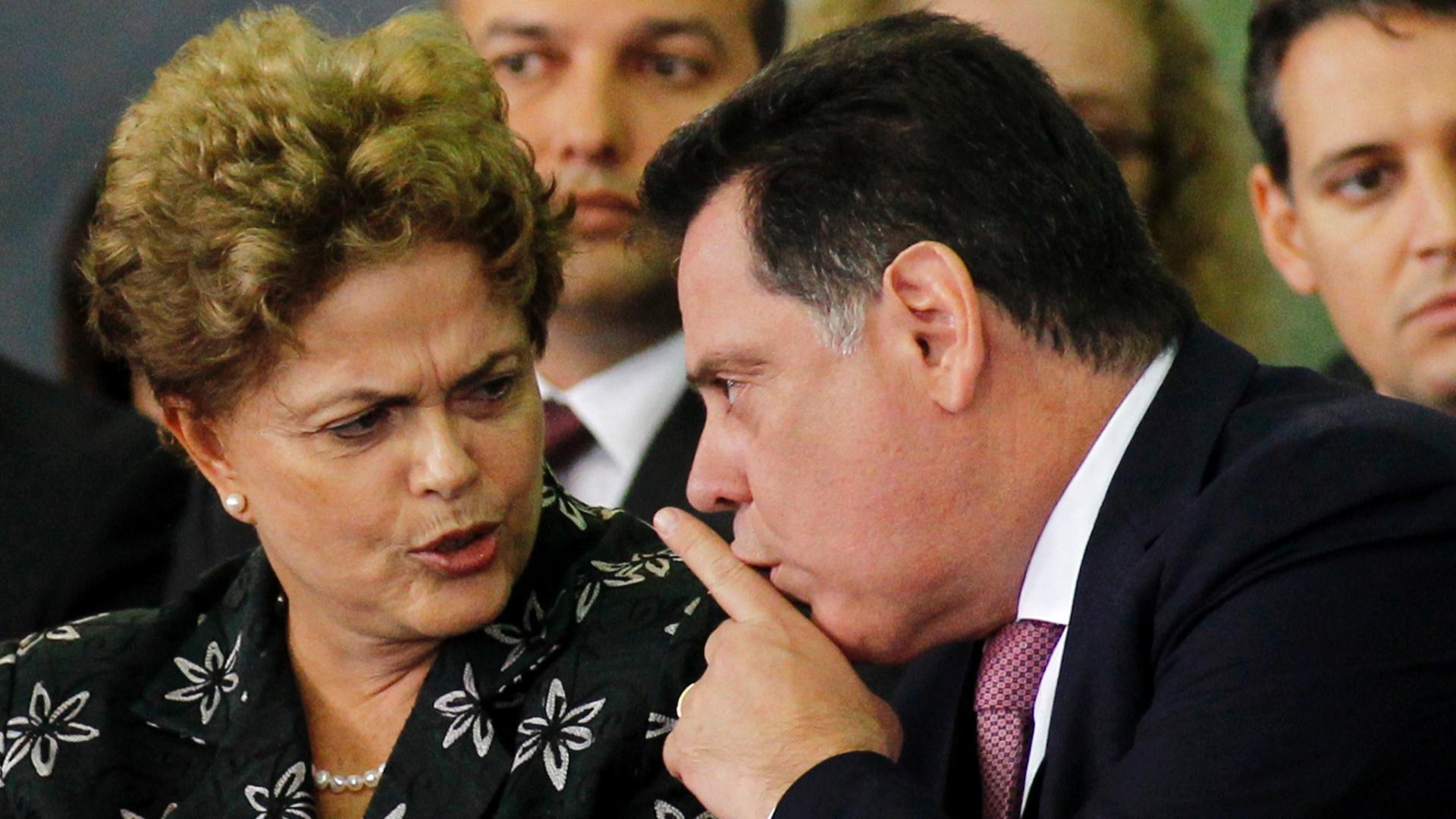 20.mar.2015 - A presidente Dilma, acompanhada do governador Marconi Perillo (Goiás), participa de cerimônia alusiva a assinatura de ordem de serviço de implantação do BRT - Norte-Sul, na sede da Prefeitura Municipal de Goiânia