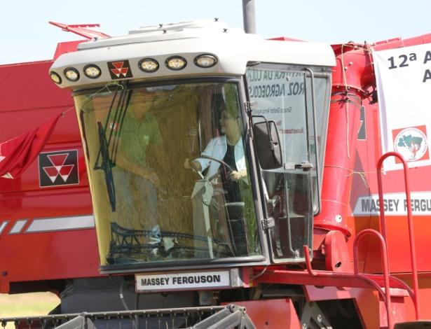 Presidente Dilma Rousseff (PT) conduz máquina agrícola durante na 12ª Abertura da Colheita do Arroz Ecológico, no RS