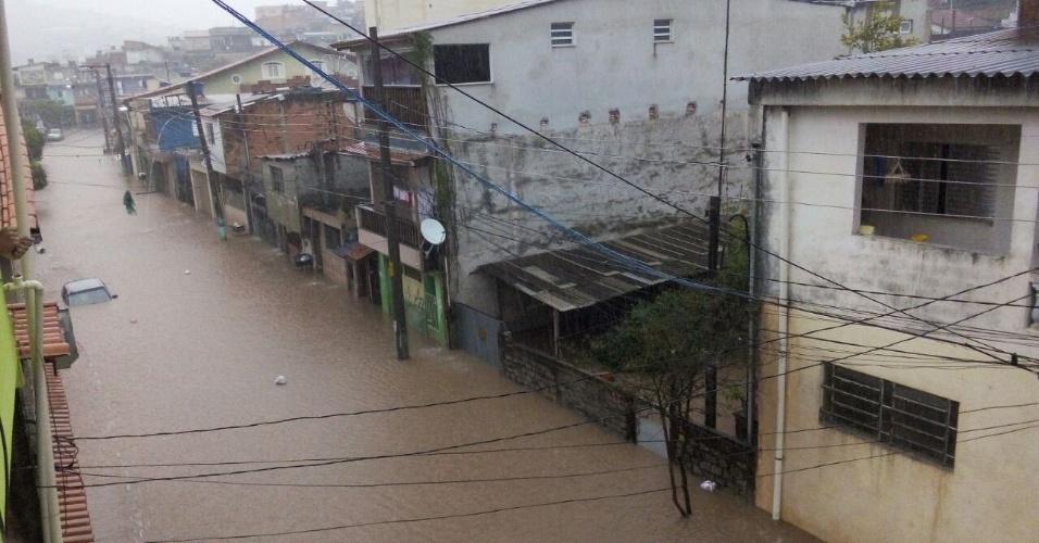 20.mar.2015 - A rua dos Abreus, em Itapevi, localizada na divisa com Jandira, na Grande São Paulo, ficou alagada por conta das fortes chuvas desta sexta-feira (20). A imagem foi enviada pelo internauta Fernando Rocha para o Whatsapp do UOL (11) 97500-1925