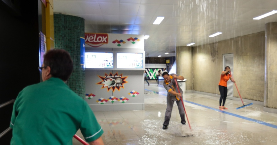 20.mar.2015 - Funcionários da Via Quatro tentam retirar água que cai do teto da estação República do metrô (Linha 4- Amarela), no centro de São Paulo, durante o temporal da tarde desta sexta-feira (20)