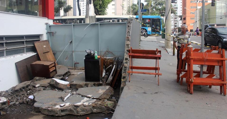 20.mar.2015 - Muro de concessionária desaba no bairro de Moema devido às fortes chuvas e alagamentos que atingiram a cidade de São Paulo