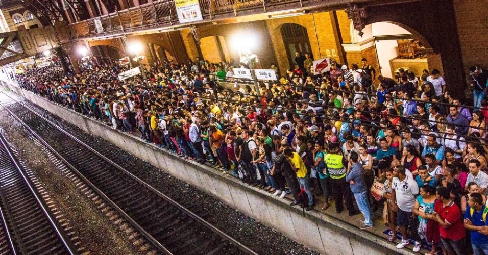 20.mar.2015 - Passageiros aguardam trem na plataforma da Estação da Luz durante a paralisação na linha 11-Coral da CPTM, após  temporal que caiu sobre a capital paulista