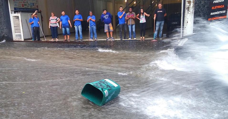 20.mar.2015 - Pedestres aguardam que a água da chuva seja escoada em calçada na rua Barão de Limeira, centro de São Paulo, nesta sexta-feira (20). O temporal que caiu sobre a capital paulista causou pontos de alagamento e queda de árvores