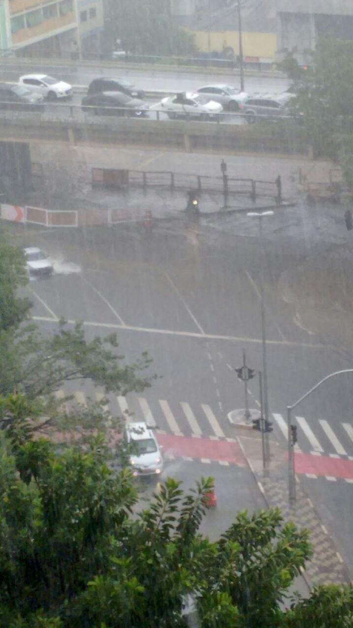 20.mar.2015 - Terminal Amaral Gurgel, na região central de São Paulo, é invadido pela água da forte chuva que cai sobre a capital paulista nesta sexta-feira (20). A imagem foi enviada pela internauta Léia Fernandes para o Whatsapp do UOL (11) 97500-1925