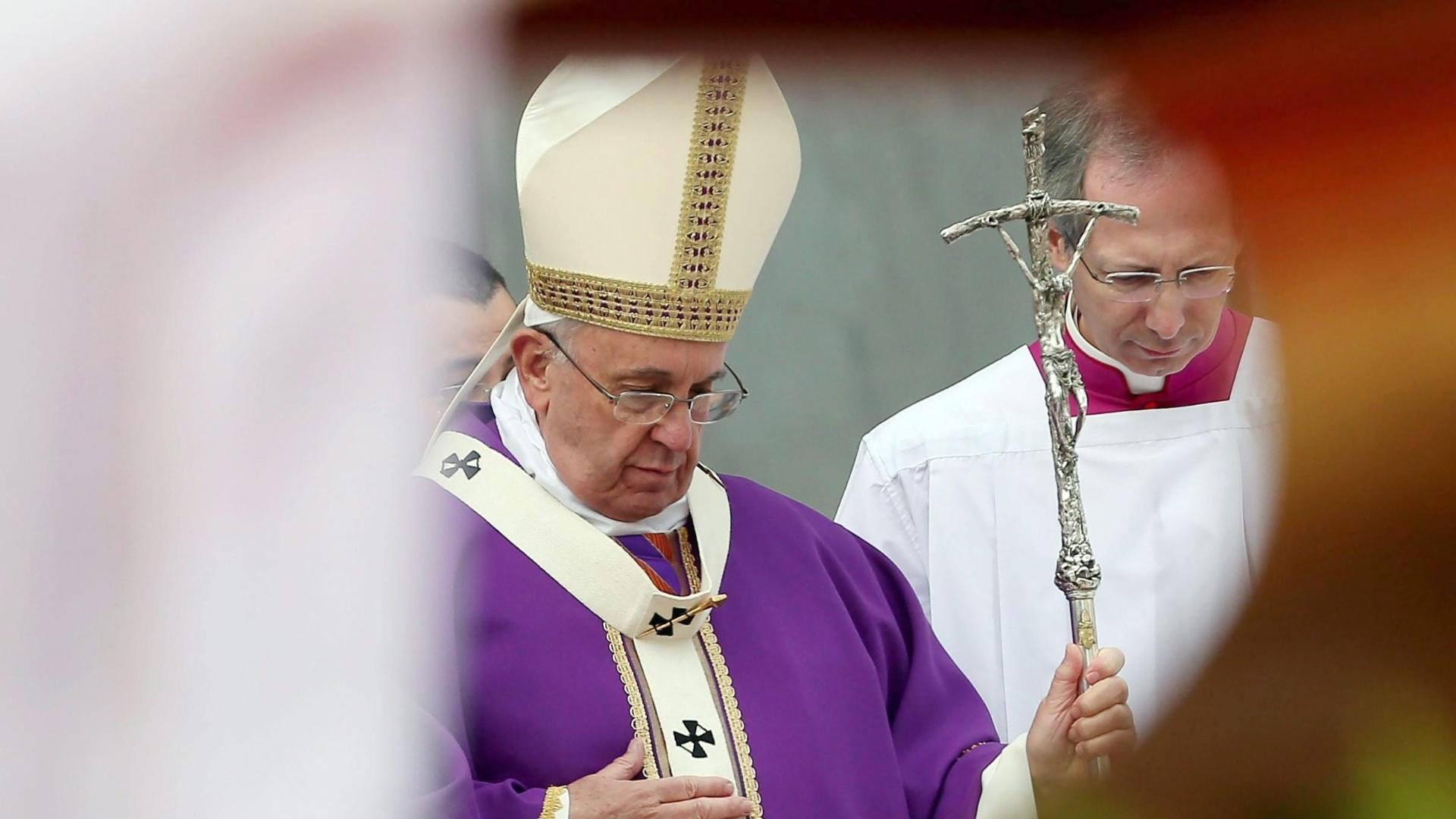 21.mar.2015 - Papa Francisco realiza missa na praça Piazza del Plesbicito, em Nápoles, Itália. O papa pronunciou neste sábado (21) um de seus discursos mais duros ao afirmar que