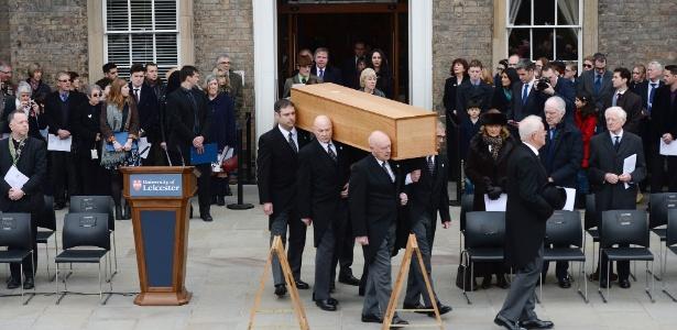 Caixão com restos mortais de monarca é levado da universidade de Leicester