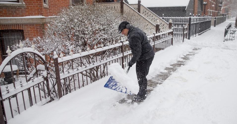 23.mar.2015 - Mike Brisson limpa a neve caída em sua calçada após uma tempestade de neve nos primeiros dias da primavera em Chicago. Algumas áreas próximas a Chicago receberam mais de 15 centímetros de neve